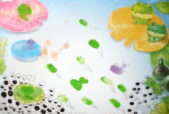 活动目标 1、听青蛙叫并模仿青蛙叫。 2、通过印手印的活动锻炼孩子们手部的肌肉。 3、通过表达各种事物培养孩子们的创造力和想象力。 4、通过各种划割的活动提高孩子们的握力以及力量的调节能力。 活动准备 小青蛙歌曲伴奏, 青蛙的叫声, 青蛙的成长照片, 印泥, 签字笔或彩色铅笔 活动过程 [导入] 1.